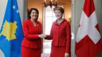Schweiz-Kosovo Beziehung: Simonetta Sommaruga 2015 im Austausch mit Atifete Jahjaga, ehemalige Präsidentin des Kosovo.
