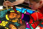 Denkmalpflege: Glasmalerin bei der Arbeit.