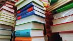 Mehrere Stapel Bücher.