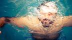 Ein Schwimmer.