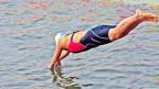 Symbolbild: Eine Person springt ins Wasser