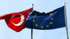 Türkische und europäische Fahne.