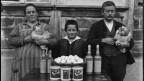 Schwarz-Weiss-Foto: Familie mit Mutter, Sohn und Vater
