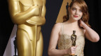 Frau hält Oscar-Statue in der Hand.