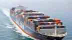 Fotos eines Containerschiffes auf dem Meer