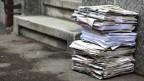 Ein Stapel Altpapier auf der Strasse