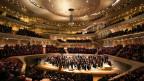 Das Orchester spielt mitten im Publikum, der Grosse Saal der Elphilharmonie in Hamburg.