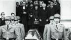 Schwarz-Weiss Foto der Trauerfeier von Siegfried Buback. Soldaten tragen den Sarg, im Hintergrund die Trauergäste.