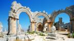 Reste von antiken Säulen in einer kargen Landschaft