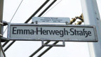 Strassenschild mit der Aufschrift «Emma-Herwegh-Strasse».