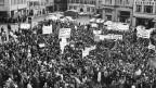 Am 3. Juni 1967 ziehen rund 1500 Schüler mit Transparenten zum Münster in Zürich, um dem bedrohten Israel ihre Symphatie zu zeigen.