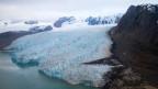 Foto eines zum Teil geschmolzenen Gletschers