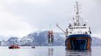 Ein Forscherschiff in Ny-Ålesund auf Spitzbergen