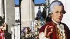 Eine Mozartpappfigur wirbt vor einem Souvenirshop für die Mozartkugel.
