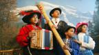 Tradition als Spektakel auf dem Titlis – Eine indische Familie in traditioneller schweizer Kleidung.