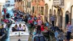 Gondoliere auf Gondeln mit Touristen in Venedig