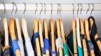 Kleiderbügel mit Röcken auf einer Stange aufgehängt