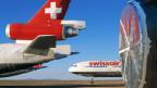 Swissair-Flugzeuge stehen in einer Wüstenlandschaft