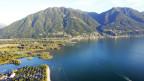 Panorama eines Sees mit Bergen dahinter.