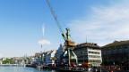 Der Hamburger Hafenkran Delfin am Ufer der Limmat: Kunst im öffentlichen Raum