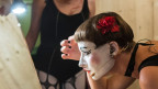 Künstlerin schminkt sich vor dem Spiegel am Theaterspektakel in Zürich