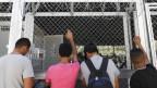 Flüchtlinge im griechischen Flüchtlingslager Moira warten auf ihre Registrierung