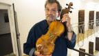 Amnon Weinstein restauriert alte, kaputte Geigen, die von jüdischen Musikern im  Holocaust gespielt worden waren.