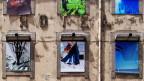 Ein Hotel, dessen Fenster mit abstrakten Fotographien beklebt sind