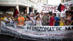Bewohner des selbstorganisiserten Wohnprojekts Hotels City Plaza demonstrieren für bessere Aufnahmebedingungen für Flüchtlinge in Griechenland