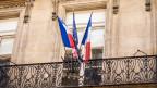 Zwei frnazösische Flaggen und eine der EU an einem Balkon