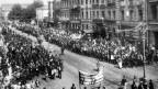 Strassenszene aus St. Petersburg während der Oktoberrevolution