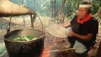 Ein Schamane präpariert den Ayahuasca-Sud.
