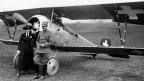 Oskar Bider und Alexandrine de Loriol-Bondaz vor einer Nieuport 23