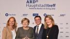 Angela Merkel mit führenden Journalisten der ARD