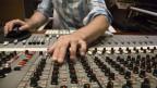 Mit Auto Tune werden im Tonstudio falsch gesungene Noten korrigiert.