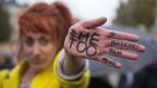 Frau hat den Hashtag «Me Too» auf ihre Handfläche geschrieben und streckt diese in die Kamera