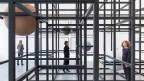 m Haus Konstruktiv hat die in Berlin lebende Künstlerin eine Art philosophisches Universum aus Stein, Stahl und Neonröhren aufgebaut.