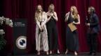 Vier Frauen auf einer Bühne haben sichtlich Spass