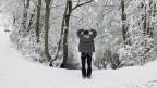 Frau in verschneiter Landschaft am Waldschwaigsee
