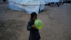 Ein Mädchen spielt in einem Flüchtlingslager