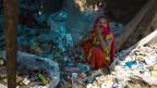 Eine Müllsammlerin in Indien