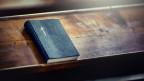 Eine Bibel auf einer Kirchenbank