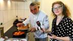 Shaul Ben Aderet und Noëmi Gradwohl in der Küche.
