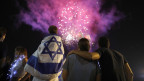 Eine Gruppe Menschen betrachtet Feuerwerk