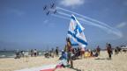 Eine Israel-Flagge am Strand