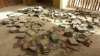 Leere Boxen auf dem Boden zerstreut