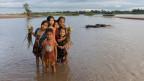 Sechs Kinder am Ufer des Mekong