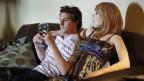 Sex Roboter mit Mann auf einem Sofa
