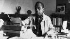 James Baldwin an seinem Arbeitsplatz