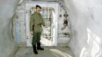 Ein Soldat in einem Bunker, welcher derP-26 als Waffenlager und Ausbildungsanlage diente